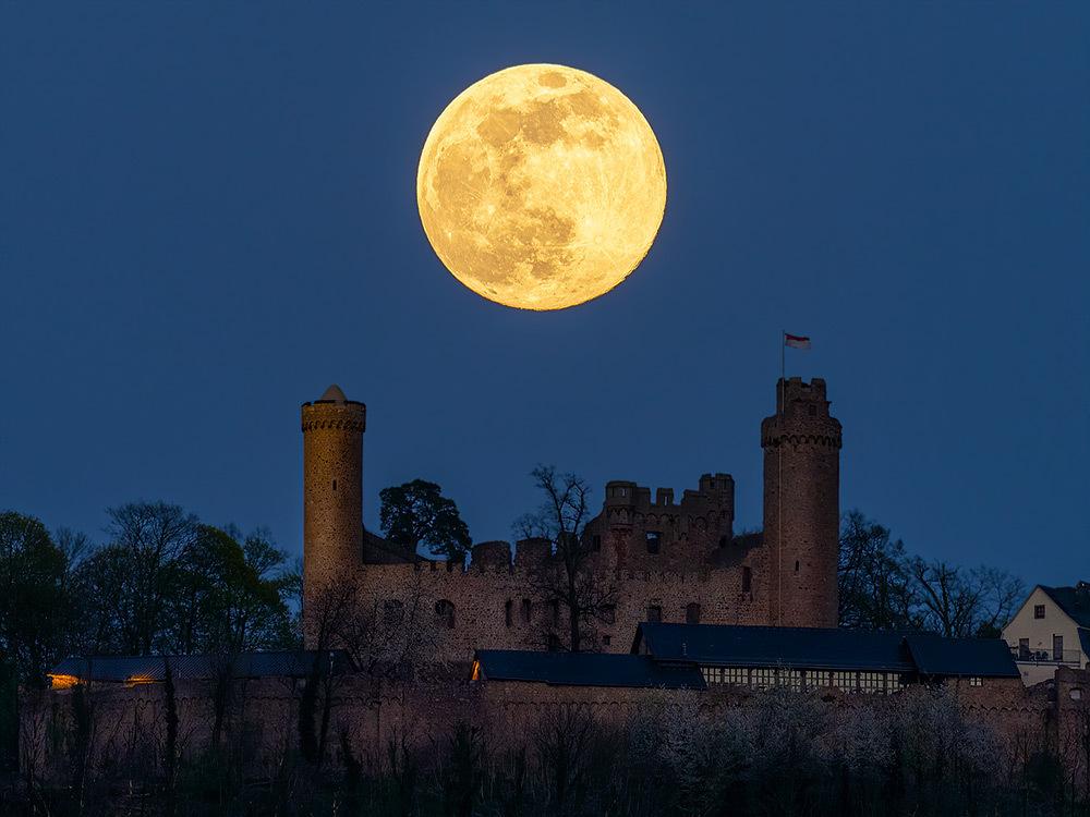 Mondaufgang über Schloss Auerbach 01